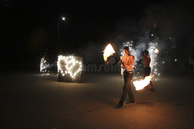 Demostración del fuego en la noche durante la boda fotografía de archivo