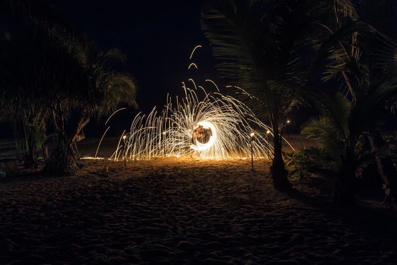 Demostración del fuego en la playa imagen de archivo