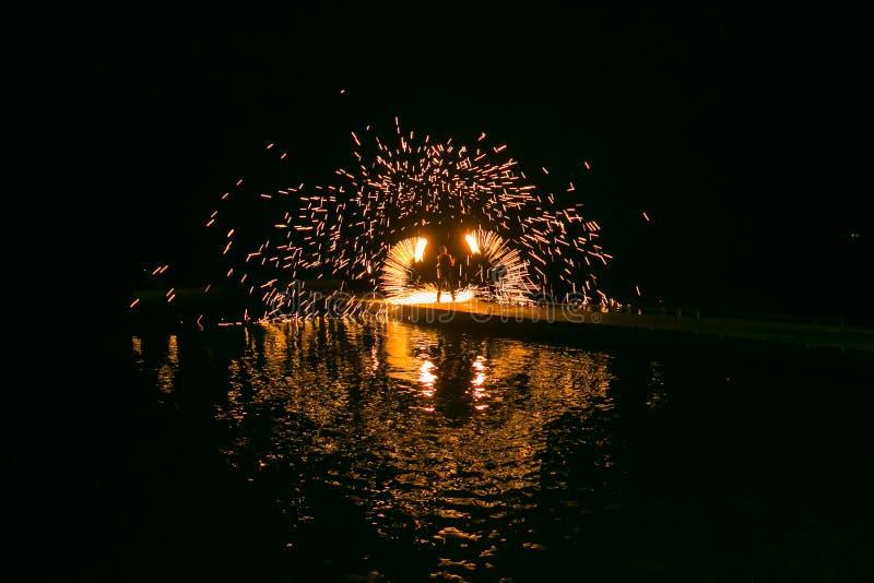 Demostración del fuego que sorprende en la noche imagen de archivo