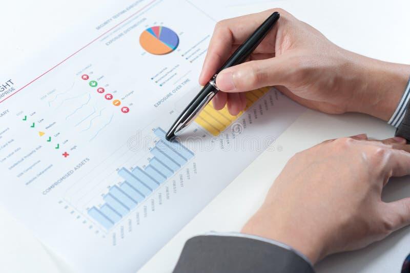 Demostración del hombre de negocios que analiza el informe, concepto del rendimiento empresarial foto de archivo libre de regalías