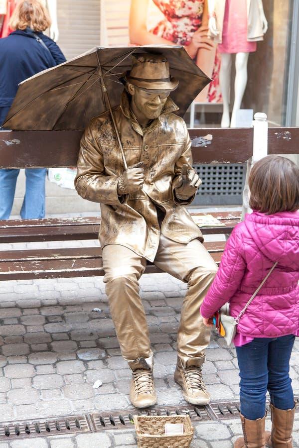 Demostración del hombre del oro una niña fotografía de archivo