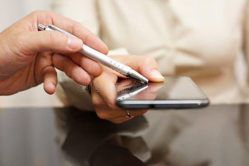 Demostración del instructor cómo utilizar el teléfono móvil y usos encendido imágenes de archivo libres de regalías