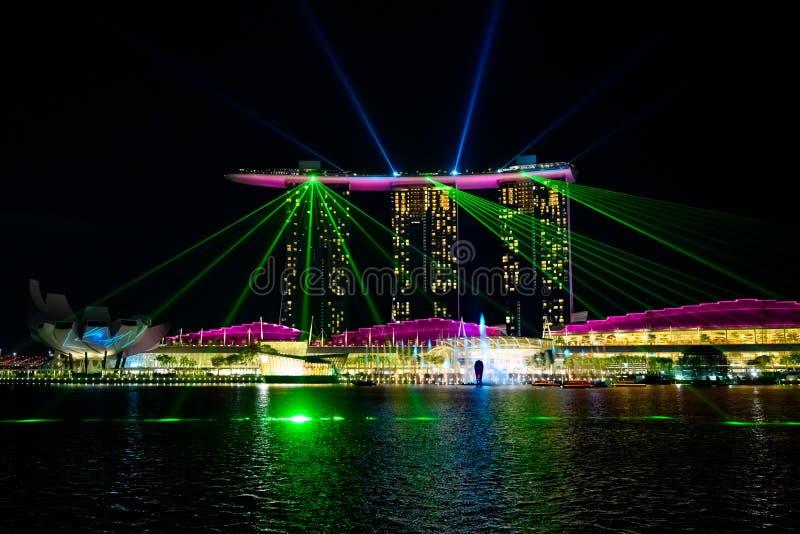 Demostración del laser de la noche en Marina Bay Sands Hotel, Singapur Demostración ligera en la noche, demostración del laser imagenes de archivo