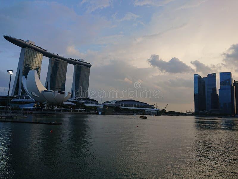Demostración del laser de Singapur Marina Bay Sand y jardín por la bahía fotos de archivo libres de regalías