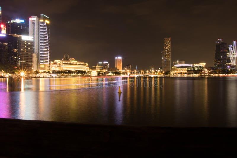 Demostración del laser de Singapur Marina Bay Sand y jardín por la bahía fotografía de archivo