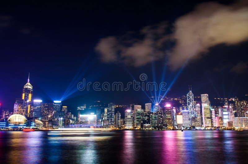 Demostración del laser sobre el paisaje urbano de Hong Kong en el edificio moderno céntrico fotografía de archivo libre de regalías