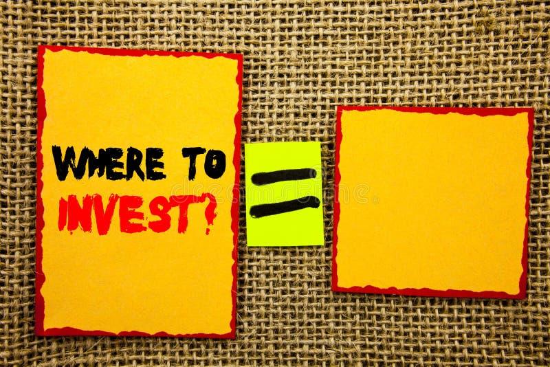 Demostración del texto donde invertir la pregunta Foto del negocio que muestra la renta financiera que invierte la riqueza del co fotos de archivo