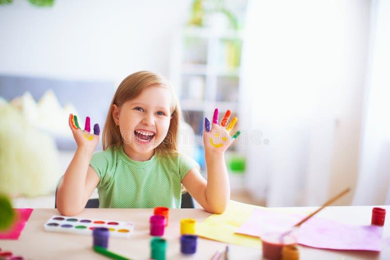 Demostración divertida del niño sus palmas la pintura pintada bellas arte creativas de las clases risa de la muchacha del niño ni fotos de archivo