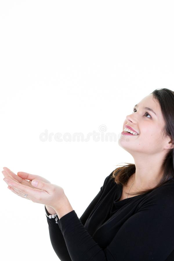 Demostración feliz de la mujer que ofrece algo con sus ambas manos fotos de archivo