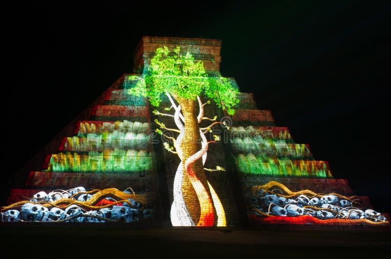 Demostración ligera en la pirámide maya en Chichen Itza México, foto de archivo libre de regalías