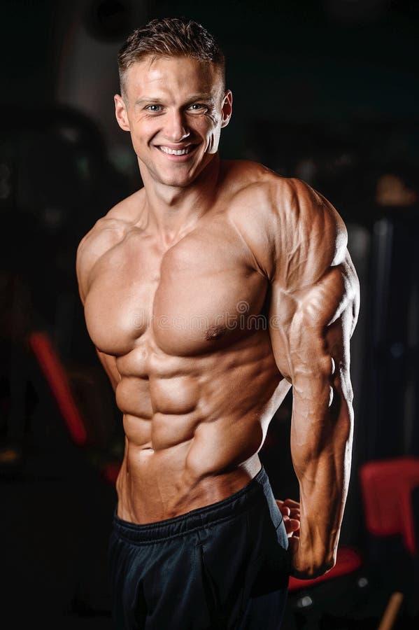 Demostración modelo de la aptitud atlética fuerte del hombre seis ABS del paquete imagenes de archivo