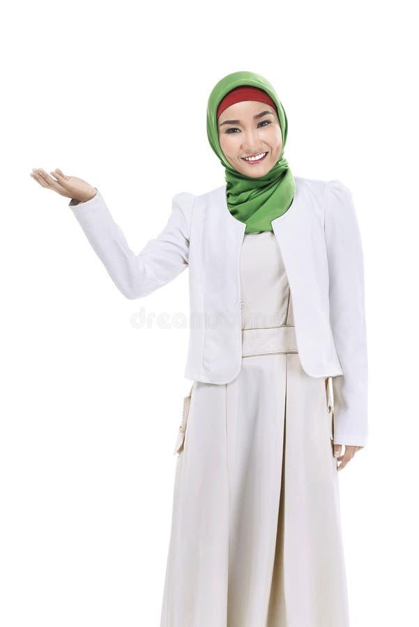 Demostración musulmán de la mujer de negocios algo foto de archivo libre de regalías