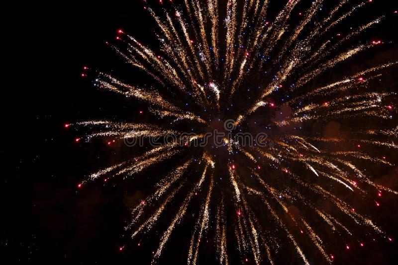 Demostraci?n internacional 2019 del festival de los fuegos artificiales borrosos abstractos del fondo en Pattaya Tailandia imagenes de archivo