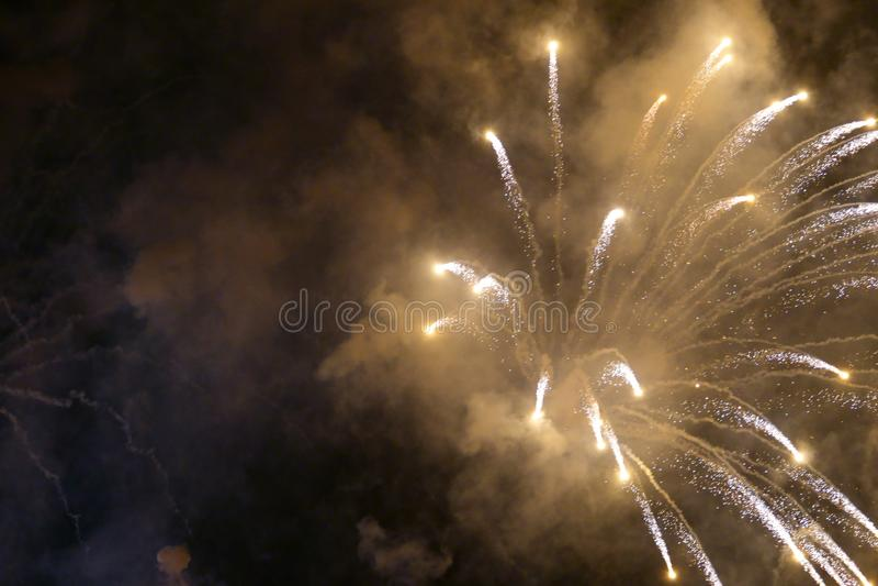 Demostraci?n internacional 2019 del festival de los fuegos artificiales borrosos abstractos del fondo en Pattaya Tailandia fotografía de archivo