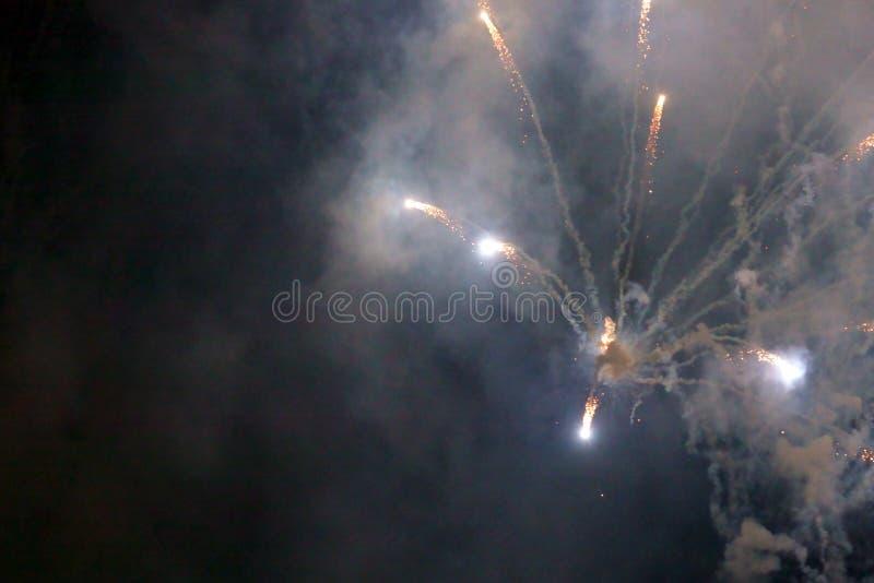 Demostraci?n internacional 2019 del festival de los fuegos artificiales borrosos abstractos del fondo en Pattaya Tailandia foto de archivo libre de regalías