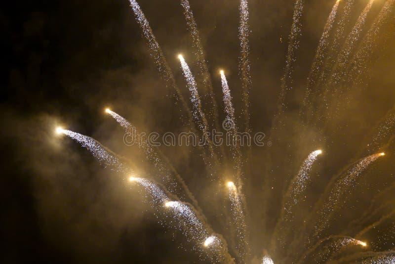 Demostraci?n internacional 2019 del festival de los fuegos artificiales borrosos abstractos del fondo en Pattaya Tailandia imágenes de archivo libres de regalías