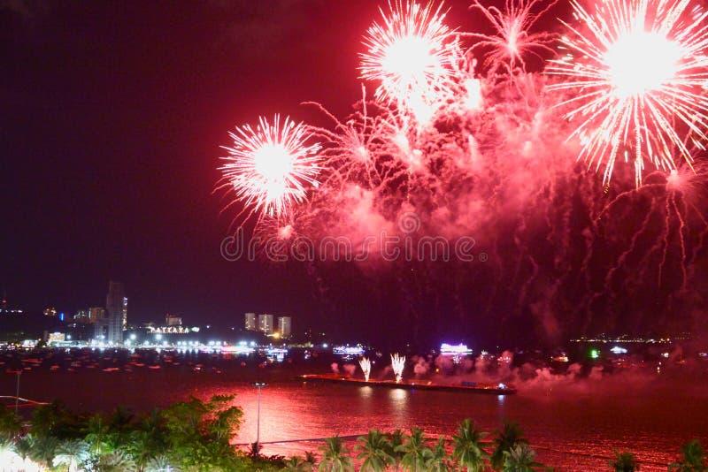 Demostraci?n internacional 2019 del festival de los fuegos artificiales borrosos abstractos del fondo en Pattaya Tailandia imagen de archivo libre de regalías