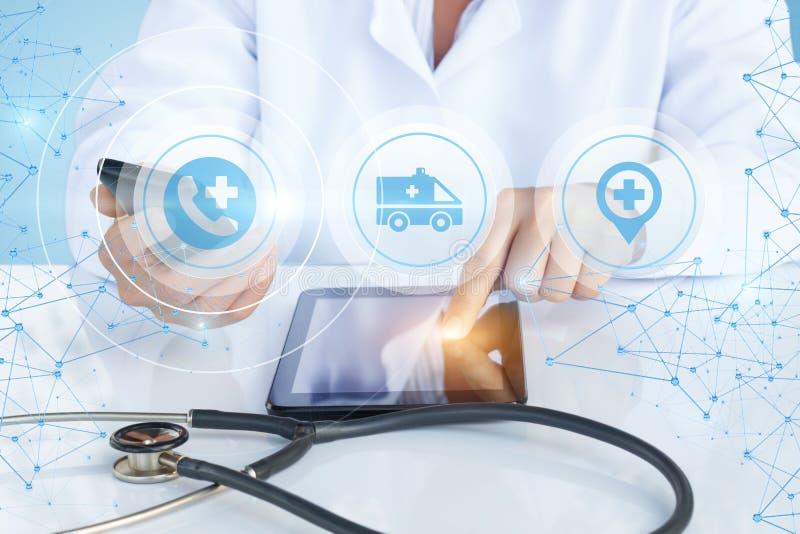Demostraciones del doctor de la ambulancia del botón en su tableta fotografía de archivo