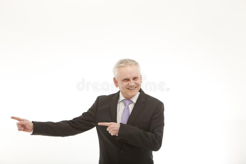 Demostraciones mayores del hombre de negocios a la izquierda imagen de archivo