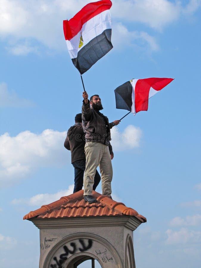 Demostrators egípcios que acenam bandeiras foto de stock royalty free