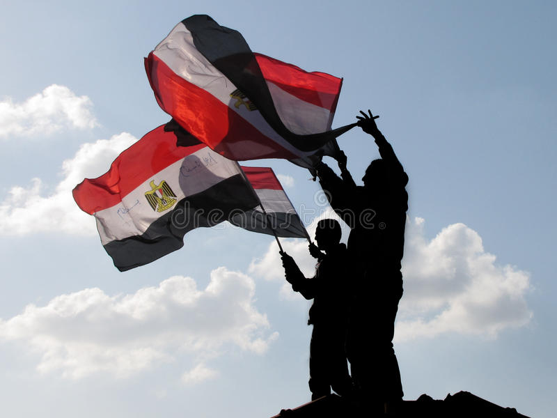 Demostrators egípcios que acenam bandeiras imagens de stock royalty free