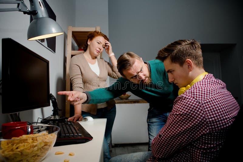 Demotivated nastolatek, ojciec expalining szkodliwego oddziaływanie gry komputerowe fotografia royalty free