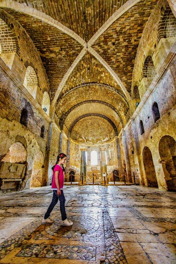 Demre, Turquie/le 4 septembre 2016 - promenades de filles à travers le vestibule de l'église de St Nicholos photos stock