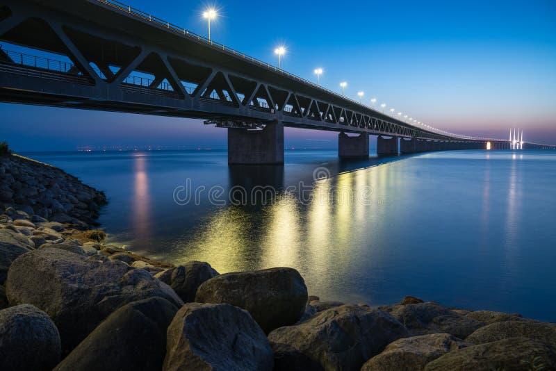 Den Ã-resund bron på natten arkivfoton