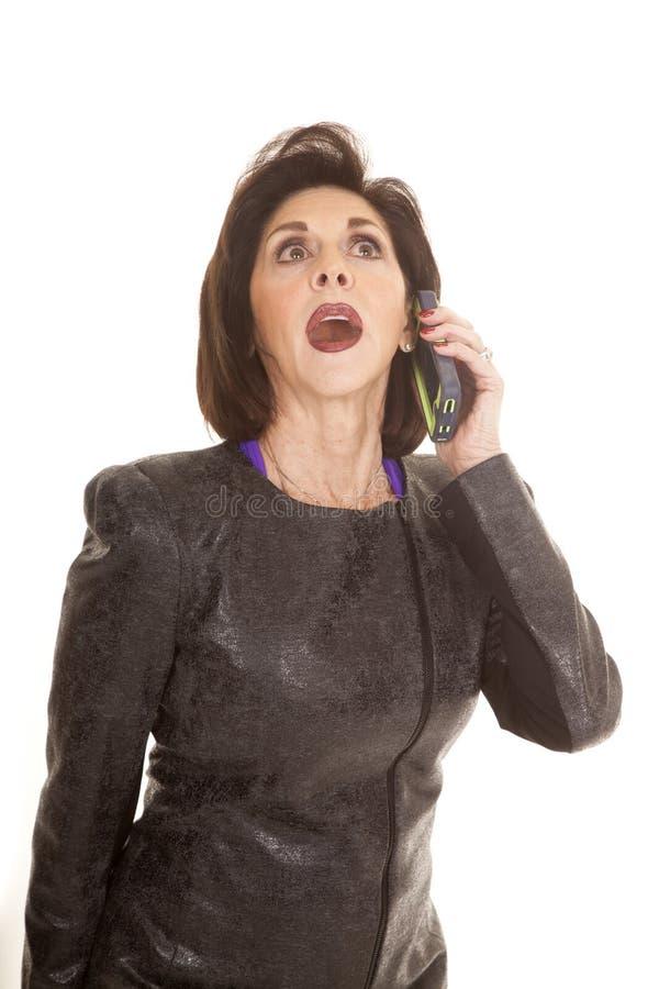 Den äldre kvinnan lyssnar telefonen royaltyfria foton
