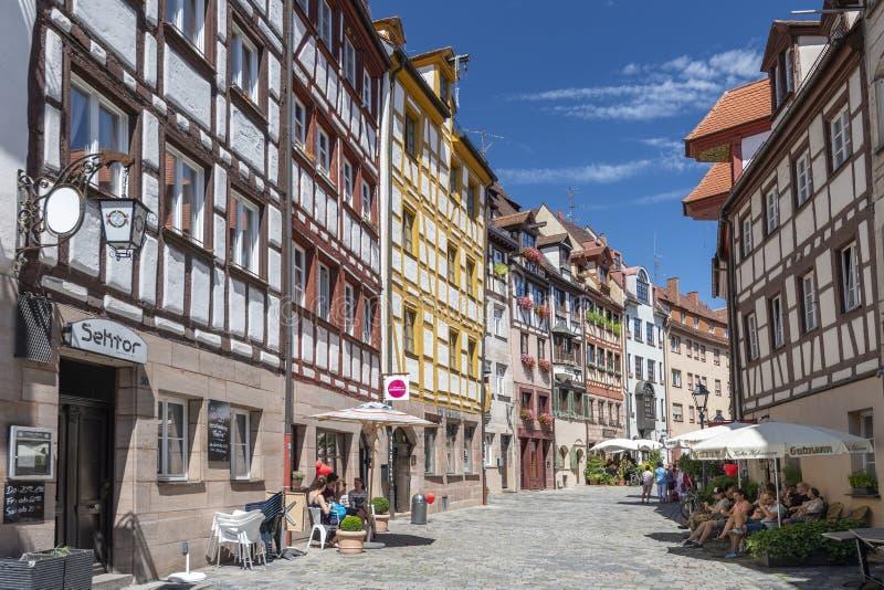 Den äldsta gatan i Nuremberg Weissgerbergasse med traditionell halva timrade tyska hus Nuremberg Bayern, Tyskland royaltyfria bilder