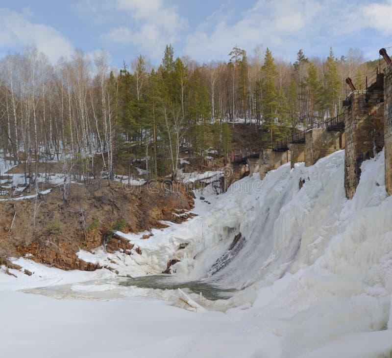 Den äldsta vattenkraftstationen i den södra `en för Urals `-ingångar, Urladdning av överskottvatten till och med portarna av förd royaltyfri bild