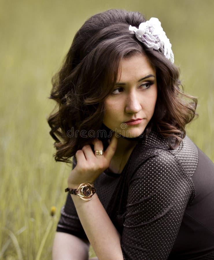 Den älskvärda, härliga, nätta, enorma utmärkta lilla lilla flickan med härliga, för blått stort ögon och ljus, skinande glansigt  royaltyfria bilder