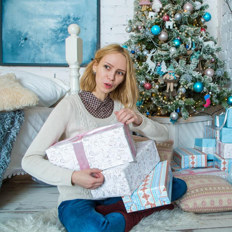 Den älskvärda ledsna flickan får gåvor för jul royaltyfri bild