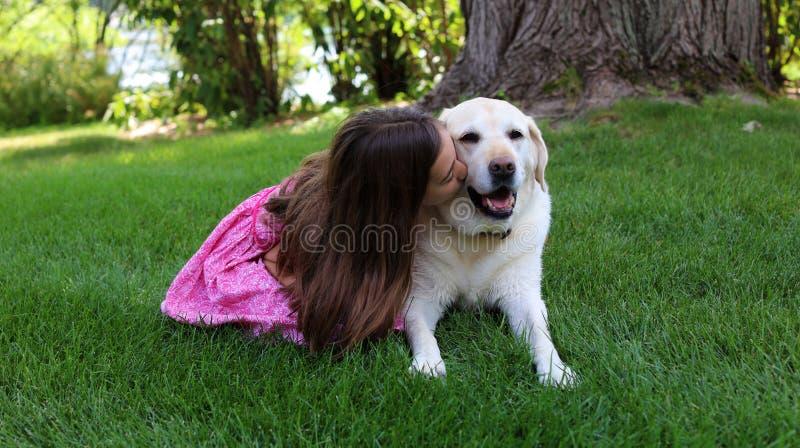 Den älskvärda lilla flickan med hennes bästa hundvän på parkerar under sommar i Michigan royaltyfria bilder