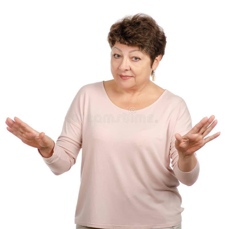 Den åldrades härliga kvinnan le stillhet fördelar hennes armar royaltyfri foto