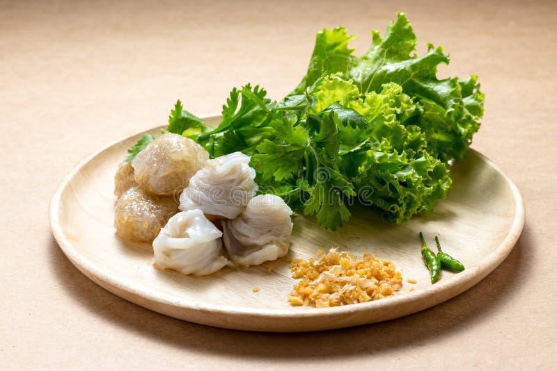 Den ångade ris-hud klimpen, thailändsk stilefterrätt, thailändska tapiokor som gjordes från limaktiga ris, fyllde med finhackat g royaltyfria foton