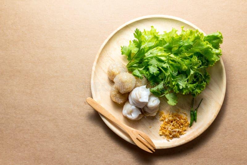Den ångade ris-hud klimpen, thailändsk stilefterrätt, thailändska tapiokor som gjordes från limaktiga ris, fyllde med finhackat g royaltyfri fotografi