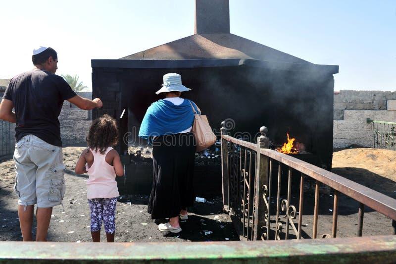 Den årliga pilgrimsfärden till gravvalvet för Baba Sali jordfästningplats i Netivo fotografering för bildbyråer