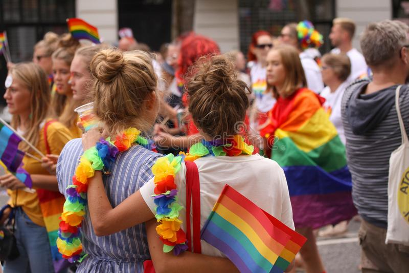 Den årliga Pride Parade LGBT Intryck från bög och lesbisk kvinnadeltagande i den glade Pride Parade med den regnbågefärger och fl arkivfoto