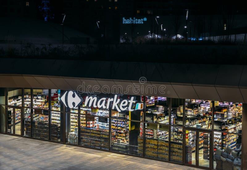 Den återförsäljnings- jätten, Carrefoursupermaket, stängde sig på natten i det CityLife området av Milan, Lombardy, Italien royaltyfri foto