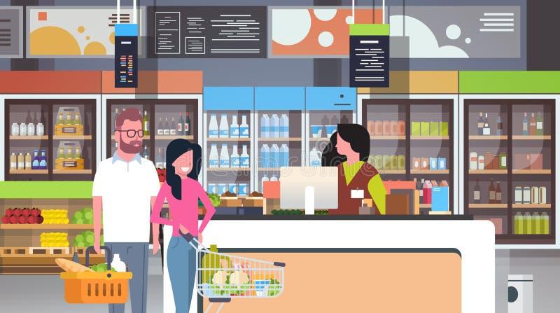 Den återförsäljnings- kvinnakassörskan på checkout supermarketparkunder som rymmer korgen med marknaden för livsmedelsbutiken för stock illustrationer