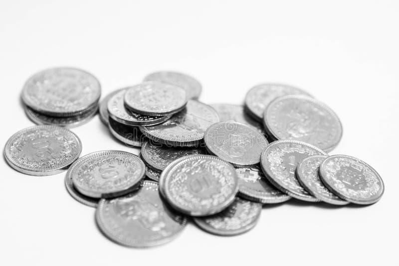Den åtskilliga schweizaren myntar francCHF-pengar som isoleras på vit fotografering för bildbyråer