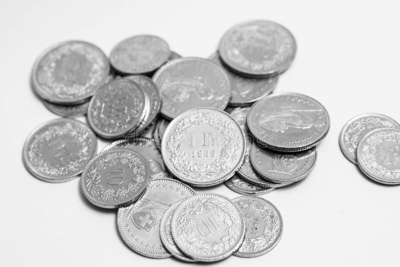 Den åtskilliga schweizaren myntar francCHF-pengar som isoleras på vit arkivbilder