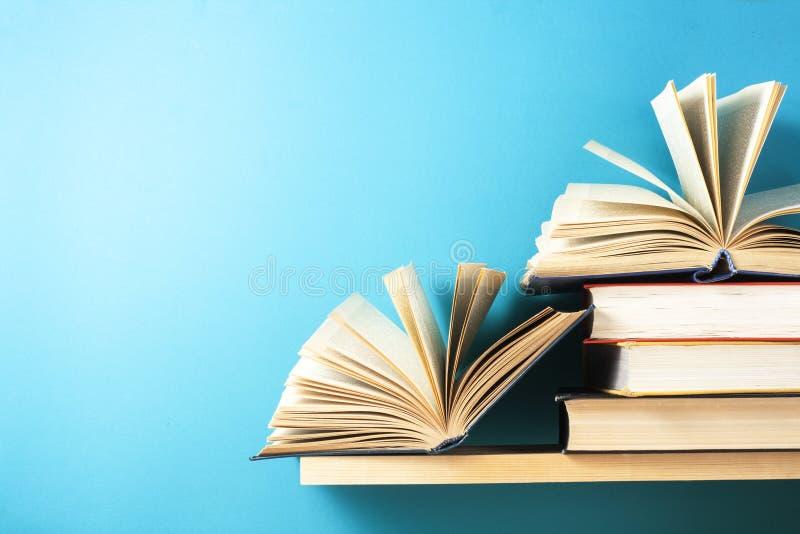 Den öppna boken, inbunden bok bokar på trätabellen sax och blyertspennor på bakgrunden av kraft papper tillbaka skola till Kopier arkivbilder