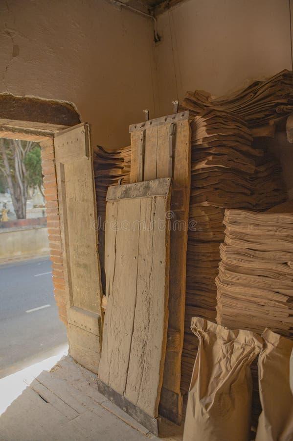 Den öppna dörröppningen av traditionellt mjöl för hantverkaren maler, royaltyfri fotografi