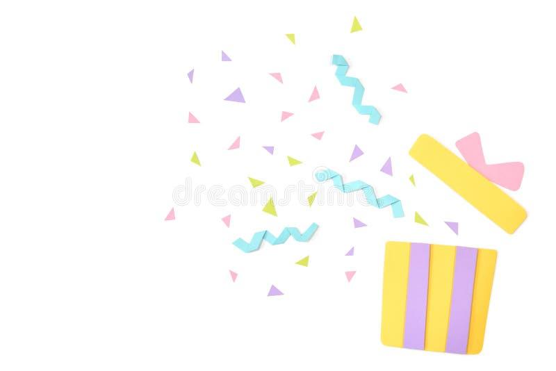 Den öppna gåvaasken med konfettipapper klippte på vit bakgrund arkivfoto