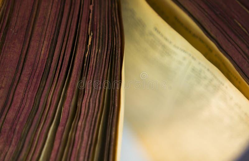 Den öppna gamla bibelboken arkivfoto