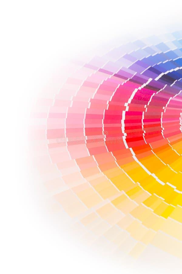 Den öppna Pantone prövkopian färgar katalogen. arkivfoto