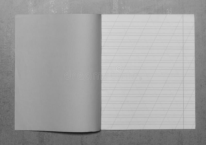 Den öppna skolaanteckningsboken i en smal linje med ett snedstreck för att lära stavning, förlöjligar upp med kopieringsutrymme royaltyfri fotografi