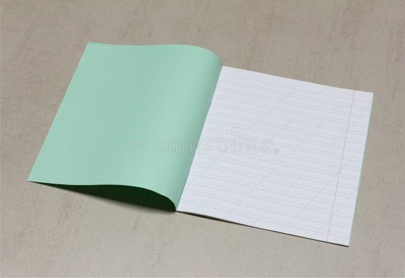 Den öppna skolaanteckningsboken i en smal linje med ett snedstreck för att lära stavning, förlöjligar upp med kopieringsutrymme royaltyfria bilder